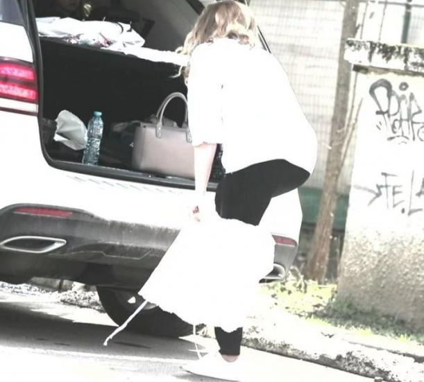Bomba-sexy a muzicii populare SI-A DAT FUSTA JOS in plina strada si …Toti au ramas SOCATI (FOTO), Charmy