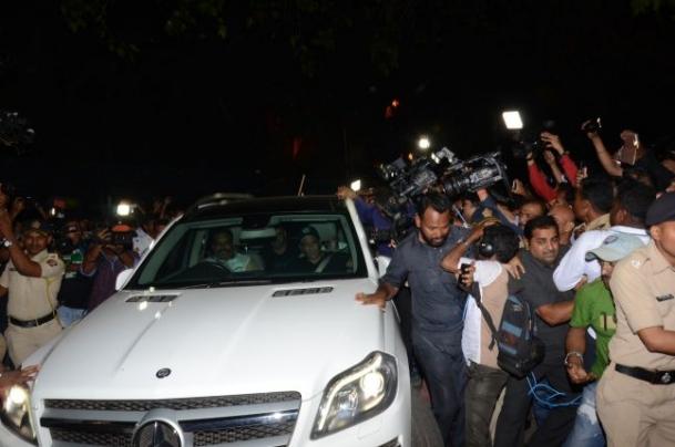 Prima reactie a lui Salman Khan dupa ce a fost CONDAMNAT pentru UCIDERE. Sute de fani i-au SCANDAT numele in fata casei. Iulia Vantur, DEVASTATA (VIDEO), Charmy