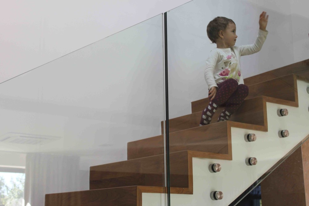 Avantajele sticlei securizate si de ce este recomandata pentru balustrade, Charmy
