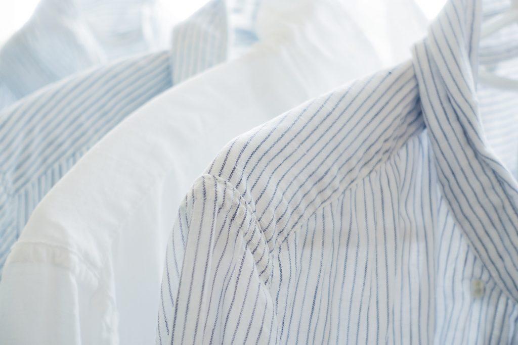 5 locuri unde bӑrbații pot purta o cӑmașӑ albӑ, Charmy