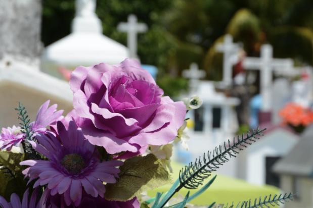 Cât costă o înmormântare? De ce să colaborezi cu o echipă de servicii funerare? Cum te ajută un pachet funerar standard să reduci costurile de înmormântare?, Charmy