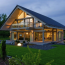 Construcţiile case pe structură metalică vs. pe structura de lemn – ce alegere se va dovedi cea mai potrivită pentru nevoile tale?