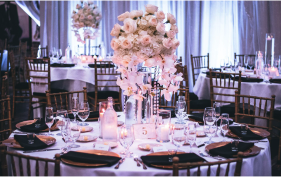 Trenduri în alegerea mobilierului pentru nuntă la cort şi la restaurant. Ce trebuie să ştii?, Charmy